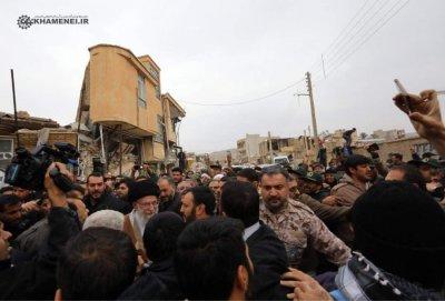 رهبری در بین زلزله دیدگان کرمانشاه